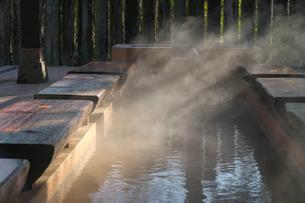 大分県 別府温泉 血の池地獄の足湯の写真素材 [FYI04585199]