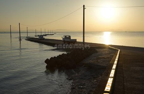 漁港の朝日の写真素材 [FYI04585357]