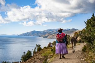 チチカカ湖・太陽の島と先住民アイマラ族の民族衣装の写真素材 [FYI04585396]