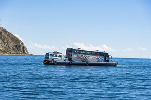 チチカカ湖・車を運ぶ艀(はしけ)の写真素材 [FYI04585407]
