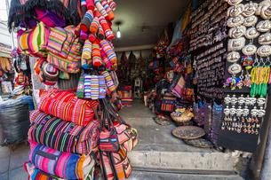 ボリビアの首都ラパスの民芸品屋の写真素材 [FYI04585410]