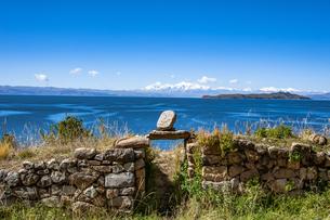 チチカカ湖・太陽の島のピルコカイナ遺跡とレアル山脈の写真素材 [FYI04585417]