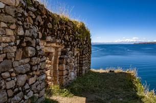 チチカカ湖・太陽の島のピルコカイナ遺跡とレアル山脈の写真素材 [FYI04585418]