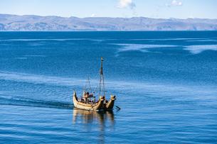 チチカカ湖・太陽の島のトトラ舟の写真素材 [FYI04585421]