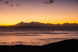 チチカカ湖・太陽の島から望むレアル山脈と夕日の写真素材 [FYI04585429]
