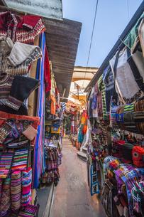 ボリビアの首都ラパスの民芸品市場の写真素材 [FYI04585430]