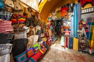 ボリビアの首都ラパスの民芸品屋の写真素材 [FYI04585432]