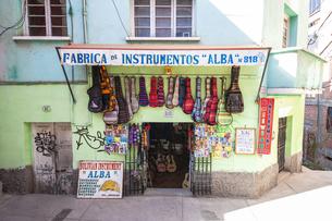 ボリビアの首都ラパスの楽器屋の写真素材 [FYI04585434]