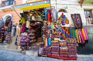 ボリビアの首都ラパスの民芸品屋の写真素材 [FYI04585435]