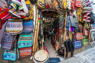 ボリビアの首都ラパスの楽器屋の写真素材 [FYI04585437]