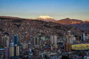 世界最高所の首都・ラパスと霊峰イリマニの夕景の写真素材 [FYI04585438]