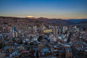 世界最高所の首都・ラパスと霊峰イリマニの夕景の写真素材 [FYI04585441]