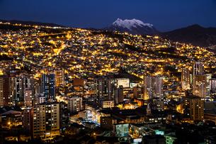 世界最高所の首都・ラパスの夜景と霊峰イリマニの写真素材 [FYI04585453]