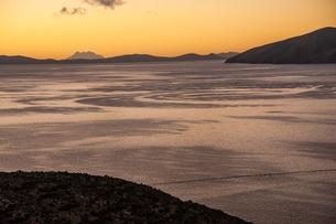 チチカカ湖から遠望する霊峰イリマニと朝日の写真素材 [FYI04585463]