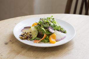 カフェの野菜サラダの写真素材 [FYI04585628]