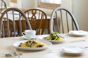 カフェのスパゲティとサラダの写真素材 [FYI04585629]