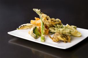 野菜の天ぷら盛り合わせの写真素材 [FYI04585631]