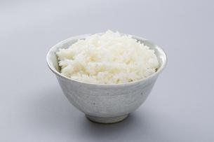 お茶碗に盛られたご飯の写真素材 [FYI04585655]
