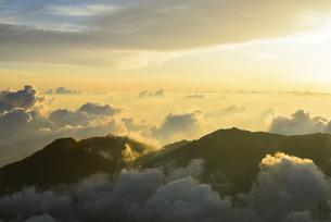 朝陽が射す雲海と山並みの写真素材 [FYI04585684]