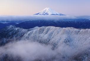 山梨県 霧氷の稜線と富士山の写真素材 [FYI04585690]
