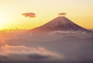 山梨県 夜明けの富士山と雲海の写真素材 [FYI04585692]