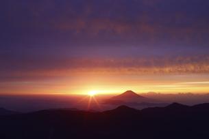 南アルプス赤石岳より望む富士山と朝焼けの写真素材 [FYI04585705]
