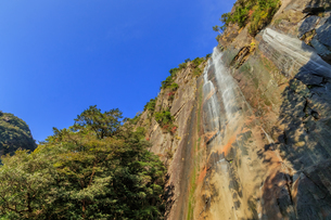 秋の行縢の滝 宮崎県延岡市の写真素材 [FYI04585729]
