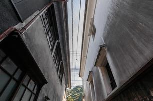 トンバイ堀のある裏通り 佐賀県有田町の写真素材 [FYI04585740]
