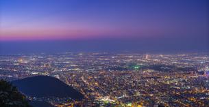 北海道 風景 藻岩山より札幌市街遠望 (夕景)の写真素材 [FYI04585792]