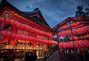 伏見稲荷大社の本宮祭の夜景の写真素材 [FYI04585873]