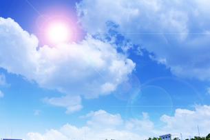 太陽と夏雲の写真素材 [FYI04585898]