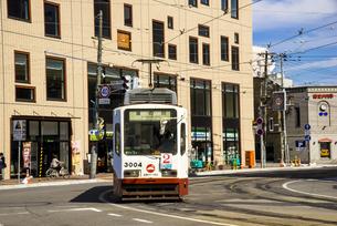 JR博多駅駅前より函館の町並みと路面電車の写真素材 [FYI04585965]