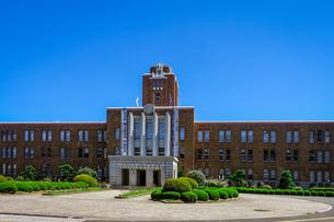 青空に映える茨城県庁(旧本庁舎)の写真素材 [FYI04585996]