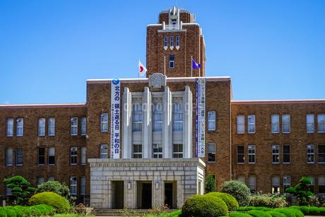 青空に映える茨城県庁(旧本庁舎)の写真素材 [FYI04585998]