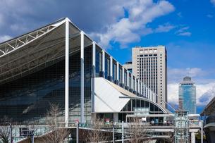 青空に映える幕張メッセ 国際展示場9-11の写真素材 [FYI04586002]