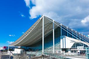 青空に映える幕張メッセ 国際展示場9-11の写真素材 [FYI04586005]