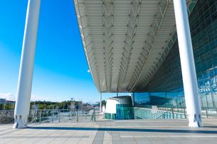 青空に映える幕張メッセ 国際展示場9-11の写真素材 [FYI04586006]
