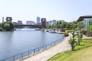 天門橋を見る富岩運河環水公園風景の写真素材 [FYI04586398]