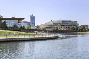 富山市総合体育館と世界一美しいカフェ店舗を見る富岩運河環水公園風景の写真素材 [FYI04586400]