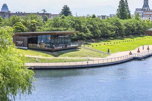 世界一美しいカフェ店舗を見る富岩運河環水公園風景の写真素材 [FYI04586401]