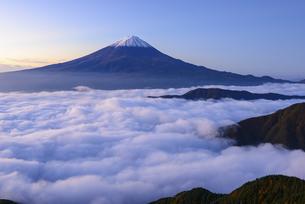 山梨県 大雲海に浮かぶ富士山の写真素材 [FYI04586501]