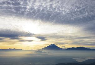 山梨県 夜明けの空と富士山の写真素材 [FYI04586506]