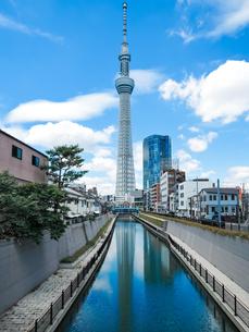 青空を背景に十間橋から逆さ東京スカイツリーの写真素材 [FYI04586595]