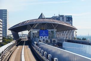 新交通ゆりかもめ線で「東京国際クルーズターミナル駅」に到着の写真素材 [FYI04586613]