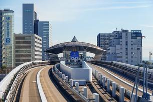 新交通ゆりかもめ線で「東京国際クルーズターミナル駅」に到着の写真素材 [FYI04586614]