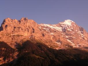 スイス、グリンデルワルト、アイガーの夕焼けの写真素材 [FYI04586757]