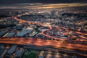 ジャンクションと都市の夜景の写真素材 [FYI04586843]