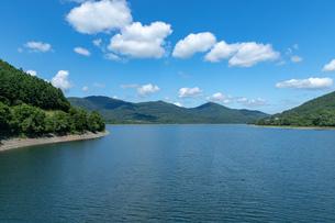 北海道 富良野の夏の風景 かなやま湖の写真素材 [FYI04586894]