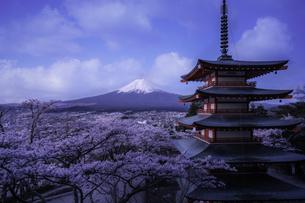 富士山と忠霊塔の写真素材 [FYI04586939]
