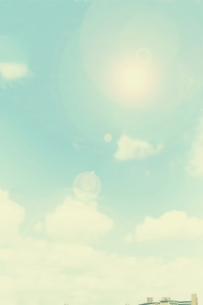白い雲と太陽の写真素材 [FYI04586993]
